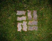 Mattone per la camminata nell'erba fotografie stock