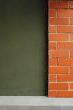 Mattone rosso e parete scura verde. Immagine Stock