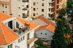 Mattonelle arancio sul tetto Architettura montenegrina Fotografia Stock
