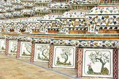 Mattonelle cinesi della porcellana sulle pareti di Wat Arun Fotografie Stock
