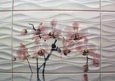 Mattonelle costolate bianche del bagno con l'inserzione del fiore nel mezzo Fotografie Stock Libere da Diritti