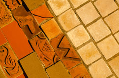 mattonelle del muro di mattoni di Tre-tono con gli elementi dell'ornamento indiano Fotografia Stock