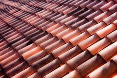Mattonelle dell'argilla su un tetto italiano Immagine Stock