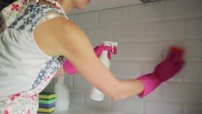 Mattonelle della cucina di pulizia della donna con il pulitore e la spugna dello spruzzo Attrezzatura di famiglia, pulizie di pri video d archivio