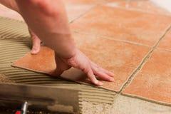 Mattonelle della piastrellatura del piastrellista sul pavimento Fotografia Stock