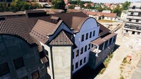 Mattonelle di Brown sul tetto di nuova casa a tre piani moderna fotografia stock libera da diritti