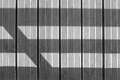 Mattonelle di legno in bianco e nero con le linee ombra Immagini Stock