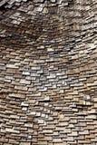 Mattonelle di legno a caso organizzate del tetto Fotografie Stock