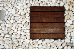 Mattonelle di legno e ciottoli bianchi Fotografia Stock Libera da Diritti