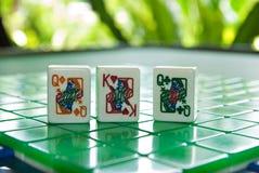 Mattonelle di Mahjong del re dei cuori con due regine Immagini Stock