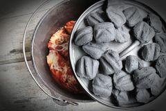 Mattonelle di Oven Stuffed Shells With Charcoal dell'olandese del ghisa fotografie stock