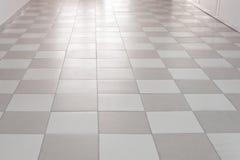 Mattonelle di pavimentazione che si allontanano nella prospettiva Immagini Stock