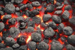 Mattonelle di Pit With Glowing Hot Charcoal della griglia del BBQ, primo piano fotografia stock
