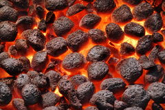 Mattonelle di Pit With Glowing Hot Charcoal della griglia del BBQ, primo piano immagine stock