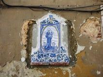 Mattonelle di St Anthony sulle pareti di Lisbona St Anthony nasceva a Lisbona ed il suo giorno è una festa municipale fotografie stock
