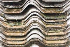 Mattonelle di tetto bagnate e sporche Fotografia Stock