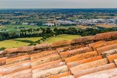 Mattonelle di tetto in campagna di Romagna in Italia Immagini Stock