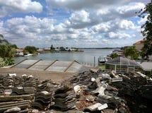 Mattonelle di tetto ceramiche sul tetto residenziale a St Petersburg, Florida immagine stock libera da diritti