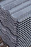 Mattonelle di tetto concrete (colore grigio) al cantiere Immagine Stock
