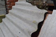 Mattonelle di tetto dell'amianto Fotografie Stock Libere da Diritti