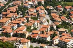 Mattonelle di tetto della casa nel San Marino. Immagini Stock