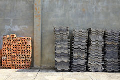 Mattonelle di tetto della pila e mattone rosso Fotografie Stock