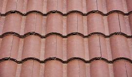 Mattonelle di tetto di Brown fotografie stock