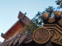 Mattonelle di tetto giapponesi decorate del tempio Fotografia Stock