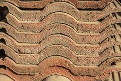 Mattonelle di tetto marroni invecchiate di sovrapposizione Immagini Stock