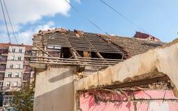Mattonelle di tetto nocive e crollate dopo il terremoto o l'uragano delle conseguenze sulla vecchia casa domestica rovinata con i fotografia stock libera da diritti