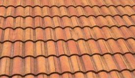 Mattonelle di tetto ondulate arancio di lerciume Fotografia Stock Libera da Diritti
