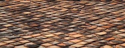 Mattonelle di tetto panoramiche e vecchie del mattone rosso Fotografia Stock Libera da Diritti