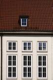 Mattonelle di tetto rosse ed alte finestre Fotografia Stock Libera da Diritti