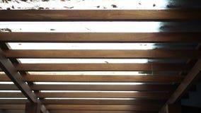 Mattonelle di tetto traslucide con il mucchio sporco delle foglie per pulire 4K video d archivio