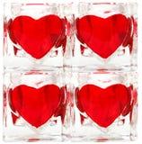 Mattonelle di vetro con i cuori rossi fotografia stock libera da diritti