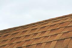 Mattonelle e cielo di tetto grigi fotografie stock