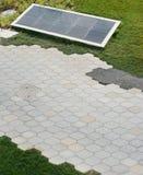 Mattonelle esagonali del granito sui percorsi del giardino pubblico Immagini Stock Libere da Diritti