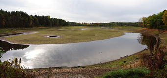 Mattonelle incrinate del fango nel letto di fiume asciutto. Fotografia Stock