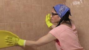 Mattonelle pulite della donna