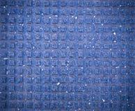 Mattonelle quadrate per i pedoni ciechi sul marciapiede con la scenetta Struttura, fondo fotografie stock