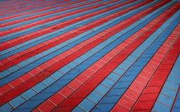 Mattonelle a quadretti colorate sulla via Immagine Stock
