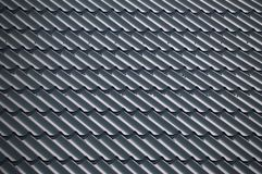 Mattonelle strutturate blu che coprono il tetto fotografia stock