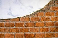 Mattoni arancio incrinati Weathered con gesso fotografia stock libera da diritti