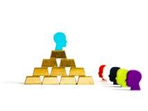 Mattoni dorati: concettualizzazione di diseguaglianza di ricchezza isolata Immagine Stock