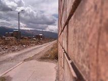 Mattoni e pista di sporcizia vicino fotografia stock libera da diritti