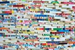 Mattoni firmati sulla parete Fotografia Stock Libera da Diritti