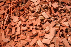 Mattoni rossi impilati sui cantieri Fotografia Stock