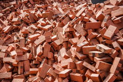 Mattoni rossi impilati sui cantieri Fotografie Stock