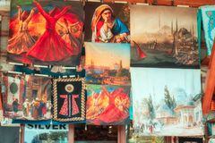 Mattor, örngott och andra textiler med traditionella bilder på marknaden i Istanbul arkivbild