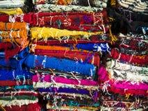 Mattor på en moroccan bazar Arkivfoton